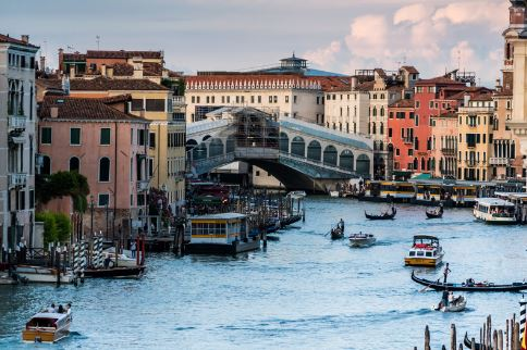 crowded-gland-canal-near-the-rialto-bridge
