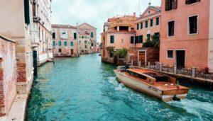 water-taxi-in-venetia